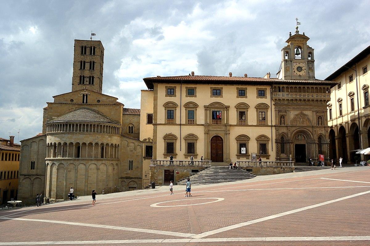 1200px-Arezzo_-_Piazza_Grande